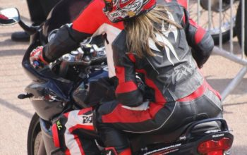 Kobieta na motorze a kombinezon