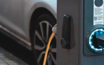 Przewodnik po ładowaniu pojazdów elektrycznych – ładowarki samochodów elektrycznych